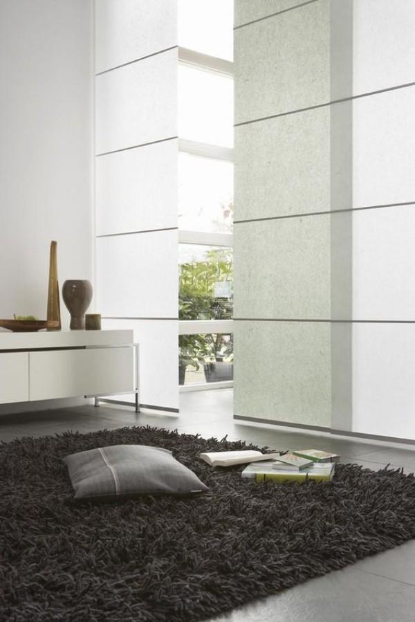 Japanisches Wohnzimmer Teppich Bodenkissen Glaswand Bücher Dekoration aus Holz