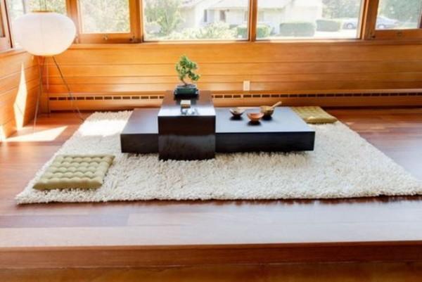 Japanisches Wohnzimmer viel Holz Matte Bonsai Lampe Bodenkissen japanischer Tisch