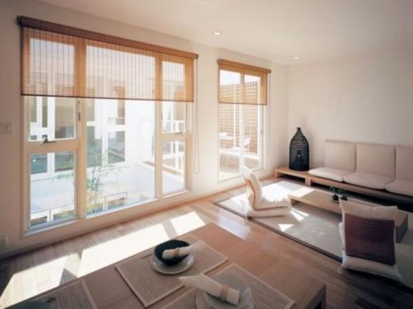 Japanisches Wohnzimmer weite Fenster transparente Rollos bodennahe Möbel schöne moderne Raumgestaltung
