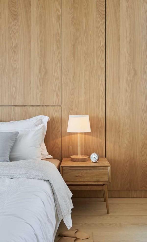 Nachtlampe auf einem Nachttisch aus Holz