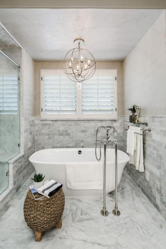 Passendes Licht im Bad Hängeleuchte Design im Grau Marmor Steinwand Badewanne