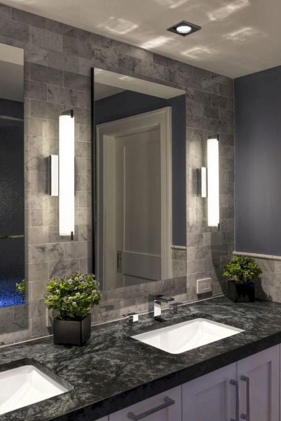 Passendes Licht im Bad doppelter Waschtisch Marmorplatte clevere Beleuchtung Wandlampen Einbaustrahler
