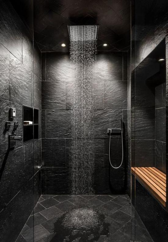 Passendes Licht im Bad dunkler Duschraum in schwarz passende Beleuchtung modern etwas mystisch