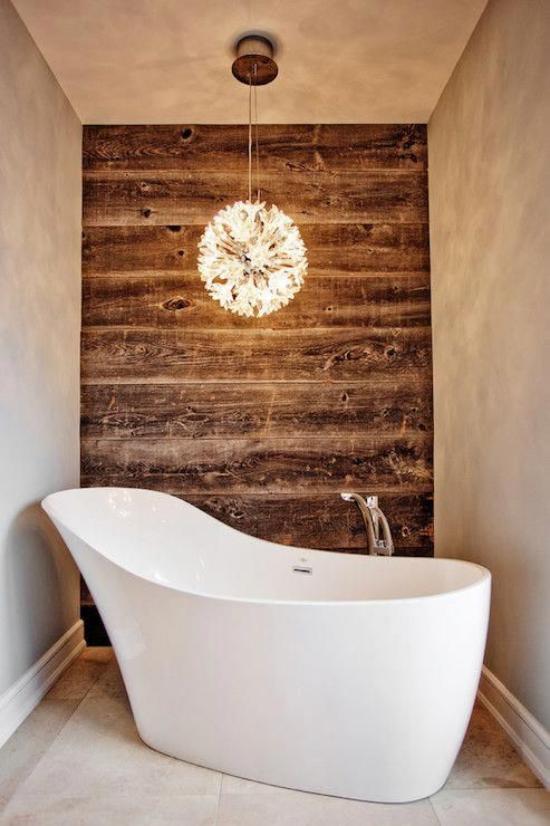 Passendes Licht im Bad freistehende Badewanne Hängeleuchte Holzwand