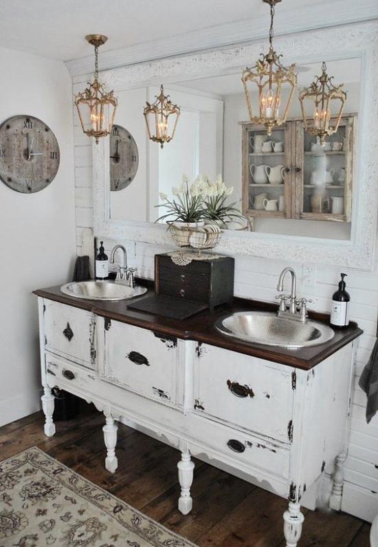 Passendes Licht im Bad im Retro Stil Hängeleuchten Waschtisch Wanduhr weiße Blumen Schrank im Spiegel