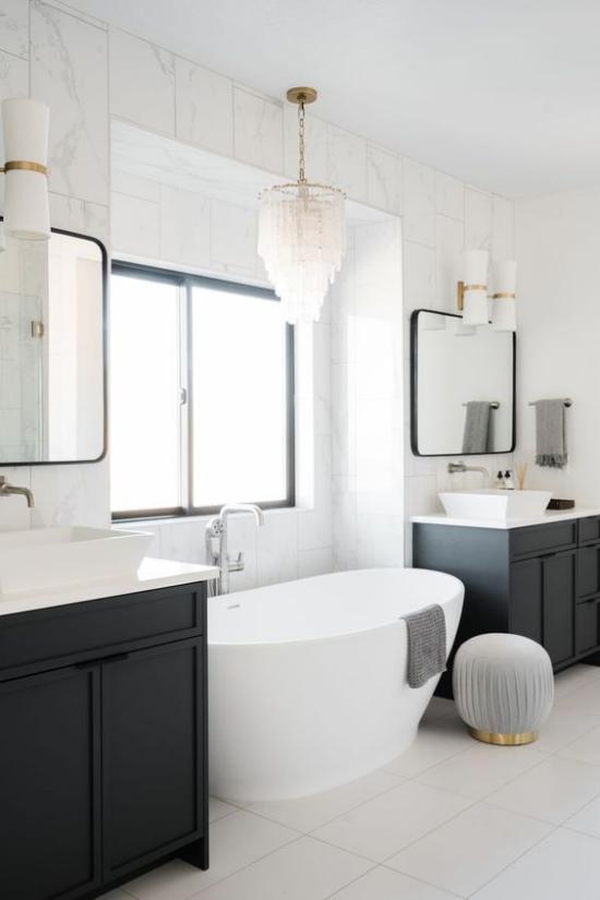 Passendes Licht im Bad minimalistisch gestaltetes Bad in schwarz-weiß luxuriöse Note mit Kristallkronleuchter einführen weiße Badewanne