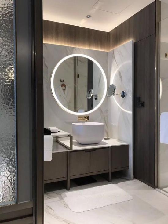 Passendes Licht im Bad modernes Baddesign eingebaute Beleuchtung schicke Badezimmermöbel Glaswand