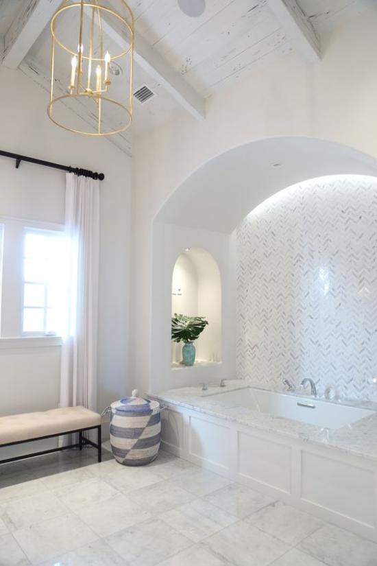 Passendes Licht im Bad sehr modern und gut beleuchtet Einbaubeleuchtung Badewanne Fenster natürliches Licht