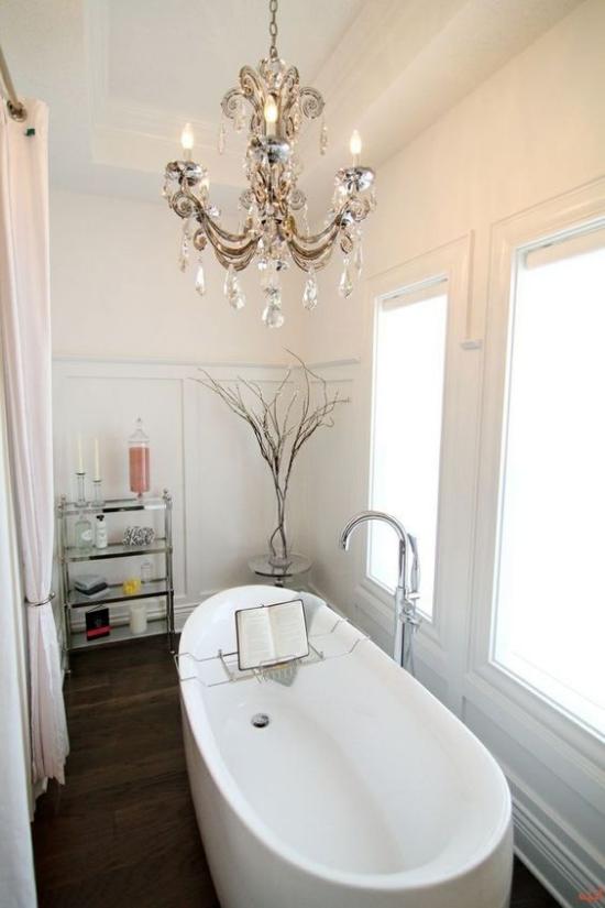 Passendes Licht im Bad viel natürliches Licht beste Badbeleuchtung Badewanne Kronleuchter
