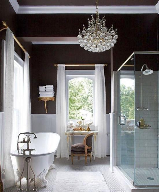 Passendes Licht im Bad viel natürliches Licht hell und einladend Kontrast in weiß schwarz