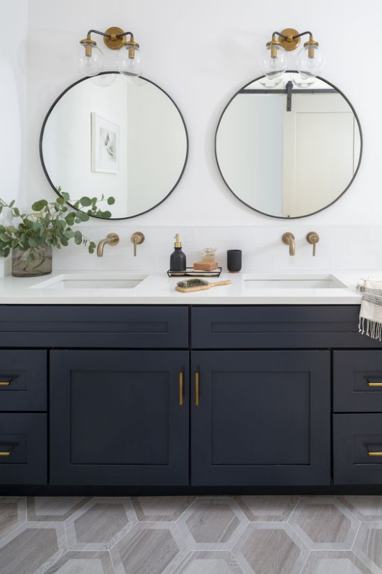 Passendes Licht im Bad zwei Wandspiegel perfekte Beleuchtung Wandlampen doppelter Waschtisch