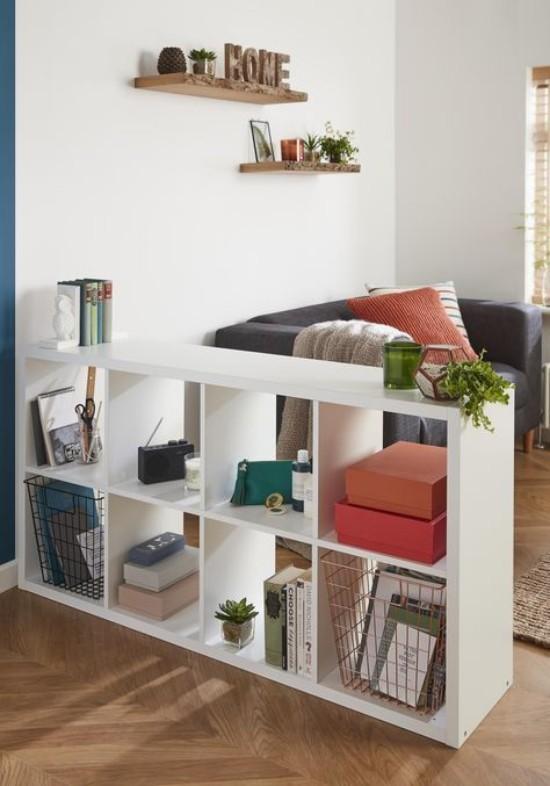 Raumteiler Bücherregal tolles DIY Projekt selber bauen weiß gestrichenes Holz Bücher Kisten Sukkulenten