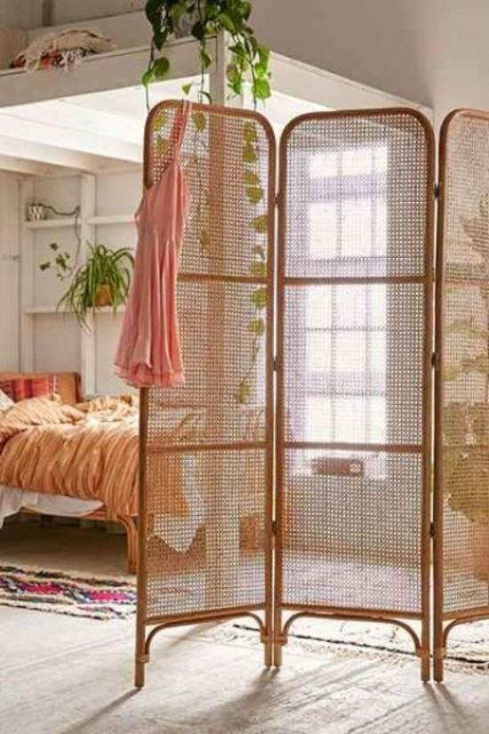 Raumteiler auffälliger Paravent schützt die Schlafzone sanfte Farben