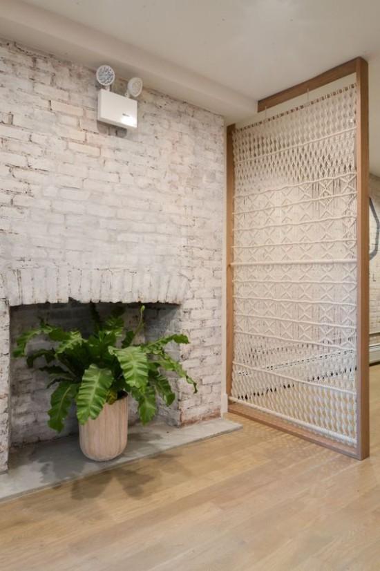 Raumteiler aus Glas im Holzrahmen praktische Lösung für kleine Räume