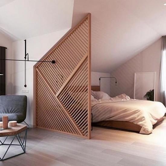 Raumteiler in Dreieckform aus Holz zwischen Schlafoase und Wohnbereich richtiger Blickfang