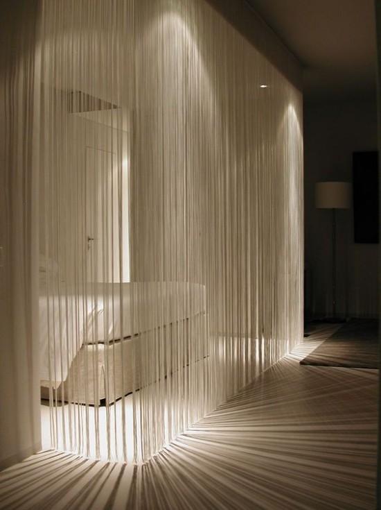 Raumteiler leichte Gardinen Schlafbereich passende Beleuchtung märchenhafte Atmosphäre