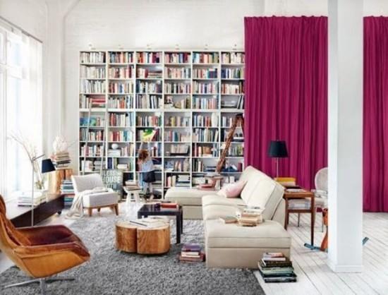 Raumteiler rote Gardinen trennen Bücherwand vom Wohnbereich