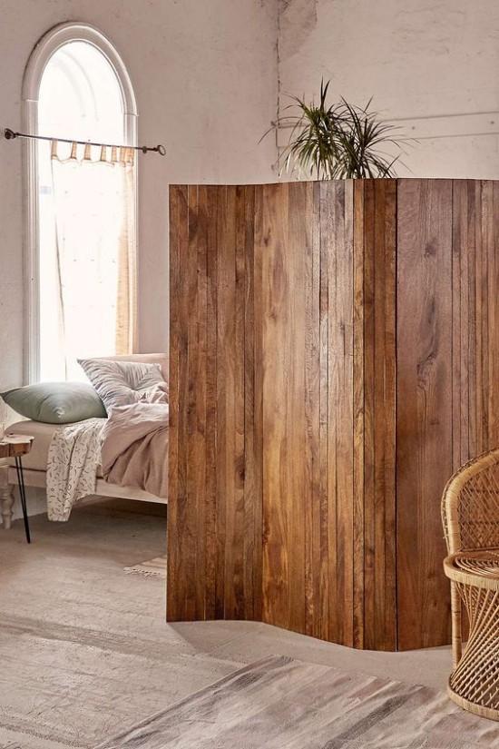 Raumteiler rustikaler Paravent aus Holz schützt die Schlafzone