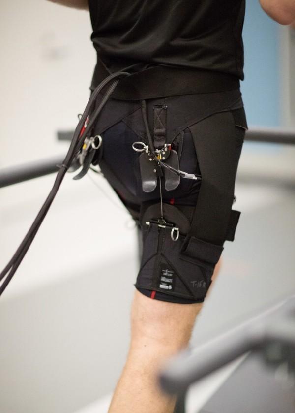 Roboter Shorts erleichtern das Gehen und Laufen exoskelett beim laufen mann