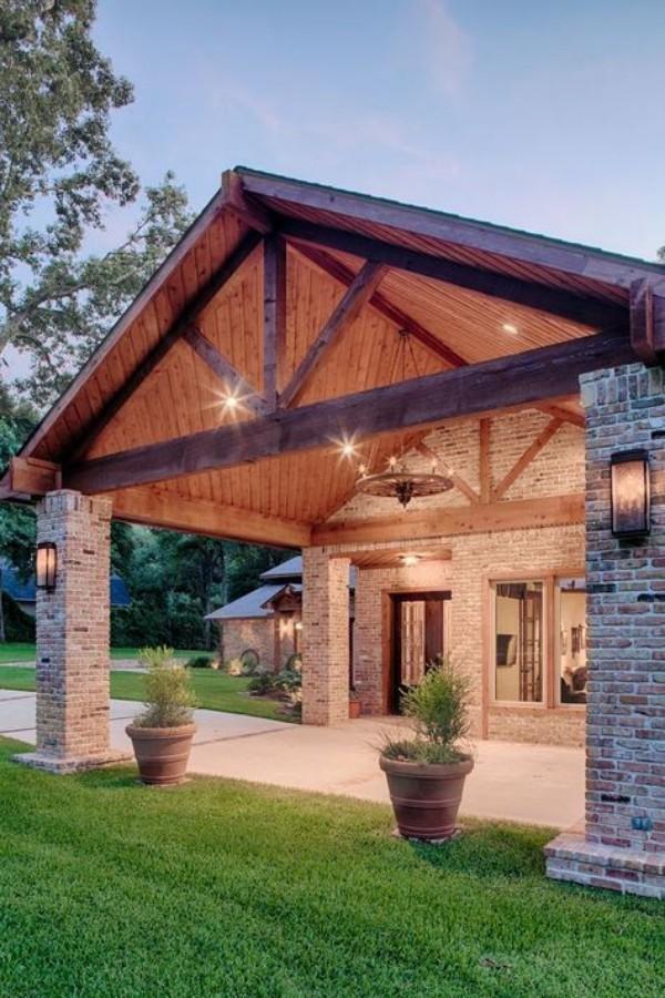 Scheune umbauen überdachte Veranda anbauen passt perfekt zur alten Baukonstruktion