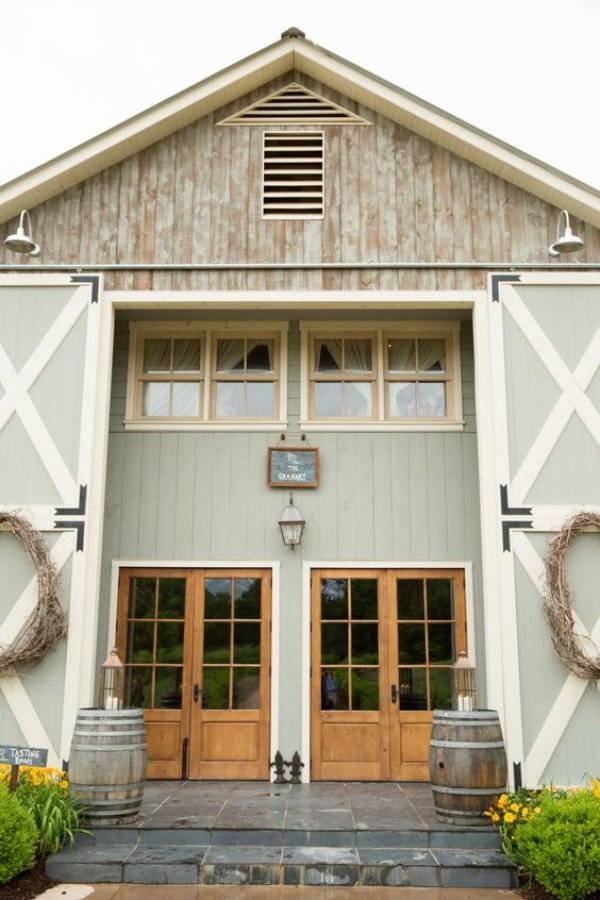 Scheune umbauen den authentischen Look aufbewahren große Scheunentüren Fenster Dachfenster