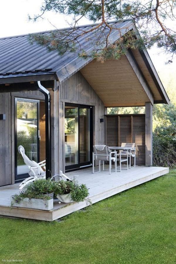 Scheune umbauen ein gemütliches Zuhause einrichten durch weite Schiebetüren aus Glas geht man auf die Veranda