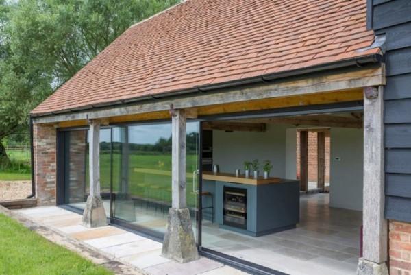 Scheune umbauen eine Outdoor-Küche gestalten einrichten Backsteinsäulen Überdach