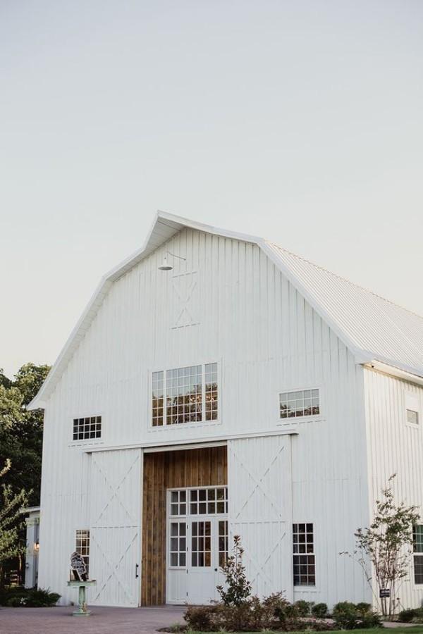 Scheune umbauen gute Lage an einem schönen sonnigen Ort in weiß gestrichen den ländlichen Charme bewahren