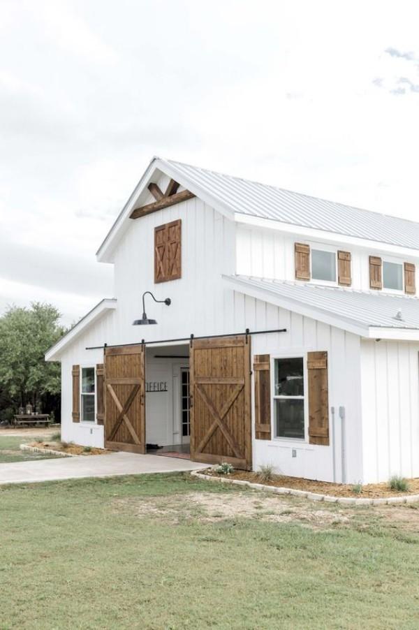 Scheune umbauen umfunktionieren ein gemütliches Wohnhaus in weiß gestrichen Scheunentüren