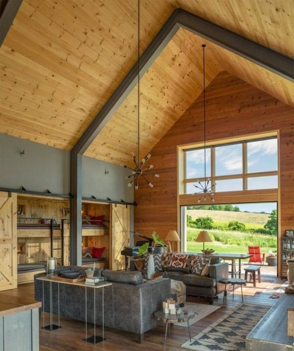 Scheune umbauen viel Holz an den Wänden und der Decke Wohnkomfort Tür zur Veranda