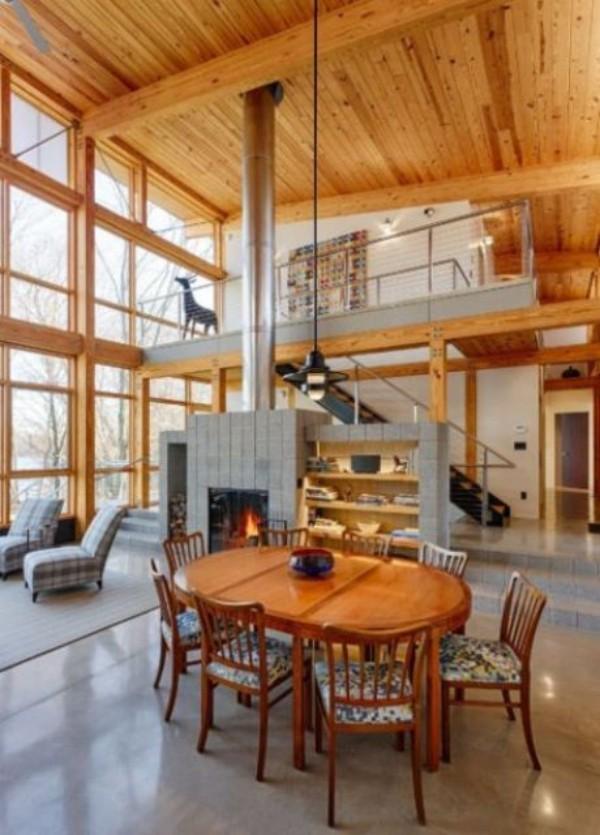 Scheune umbauen viel Wohnkomfort auf verschiedenen Höhenebenen Kamin Esstisch Hängelampe