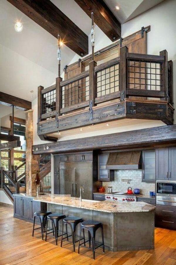 Scheune umbauen viel Wohnkomfort auf verschiedenen Höhenebenen alter Balkon aus Holz eingebaut ins Interieur über der Küche