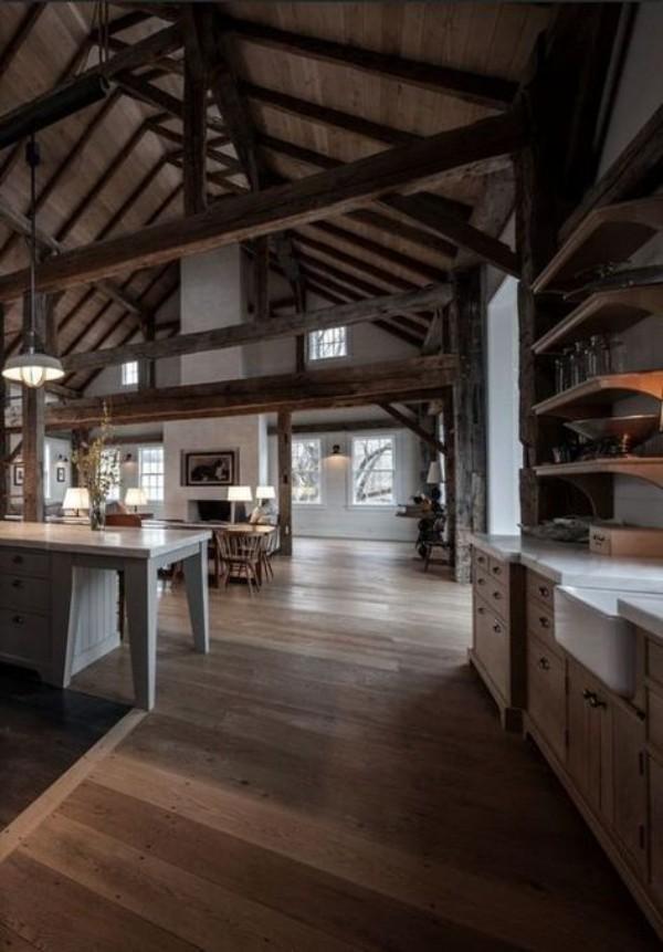 Scheune umbauen viel Wohnkomfort moderne Küche rustikales Interieur dunkle Farben