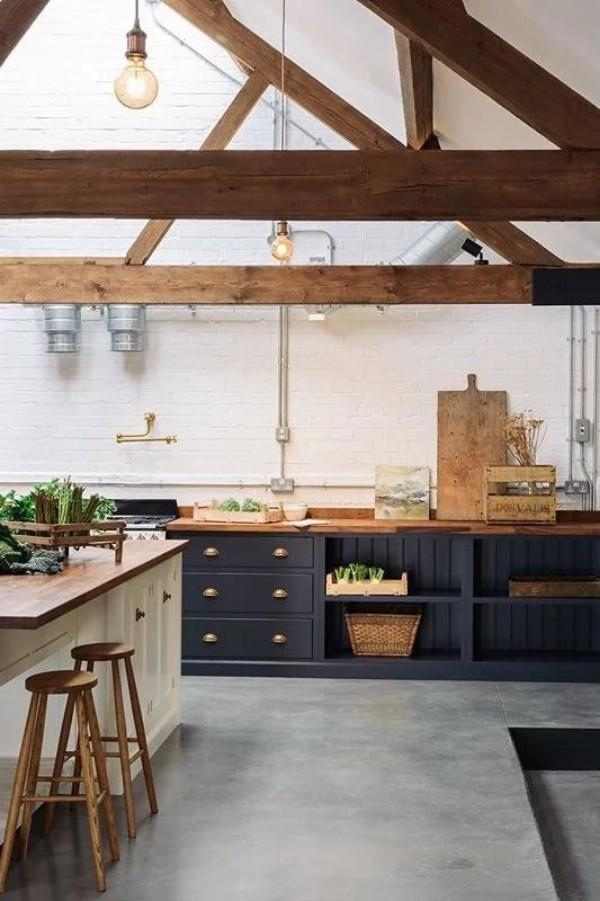 Scheune umbauen viel Wohnkomfort moderne Küche rustikales Interieur