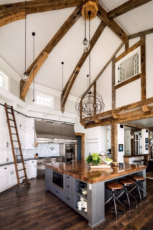 Scheune umbauen viel Wohnkomfort moderne Kücheninsel rustikales Interieur viel Holz Treppe Holzbalken