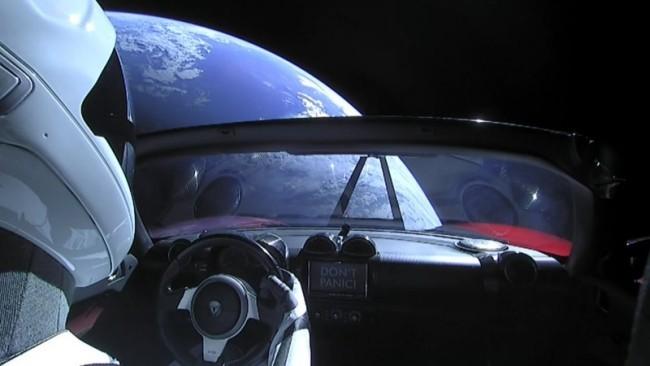 Starman auf dem Tesla Roadster kreist zum ersten Mal um die Sonne blick zur erde keine panik
