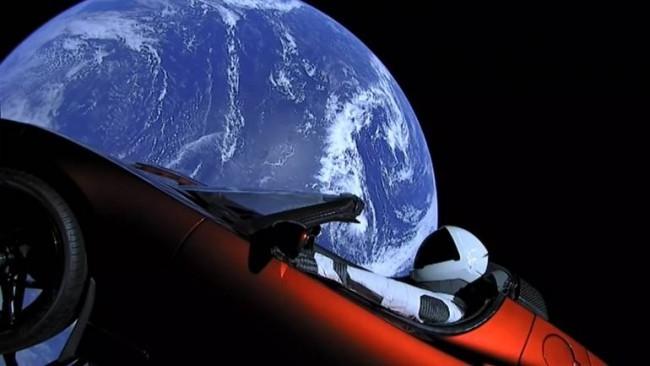 Starman auf dem Tesla Roadster kreist zum ersten Mal um die Sonne starman im weltall