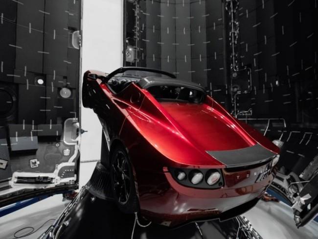 Starman auf dem Tesla Roadster kreist zum ersten Mal um die Sonne startbereit der rote tesla