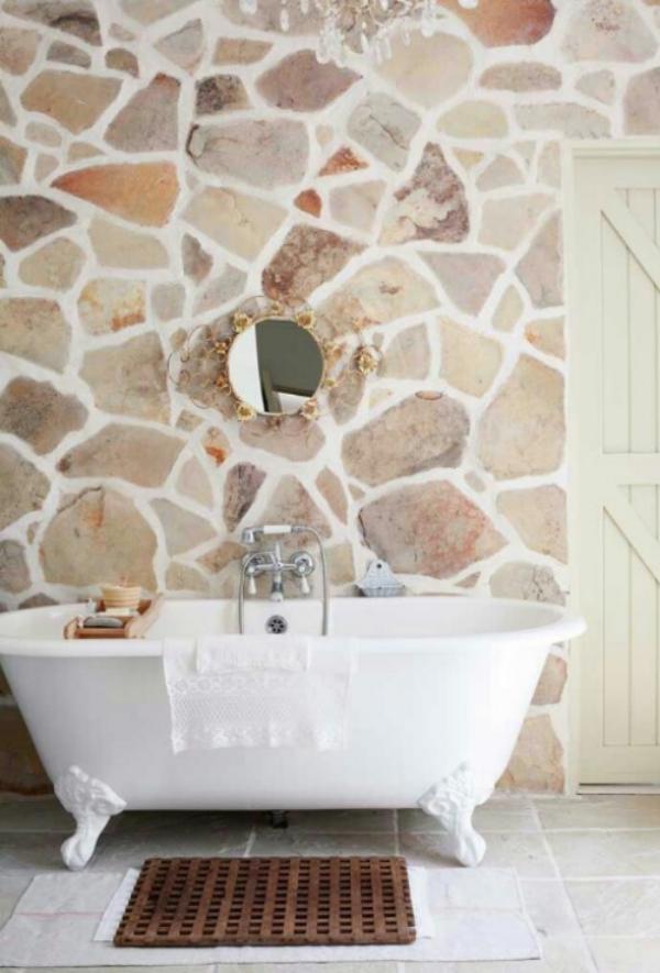 Stein im Bad Badezimmer im Retro Style Steinwand Badewanne mit Löwenfüßen