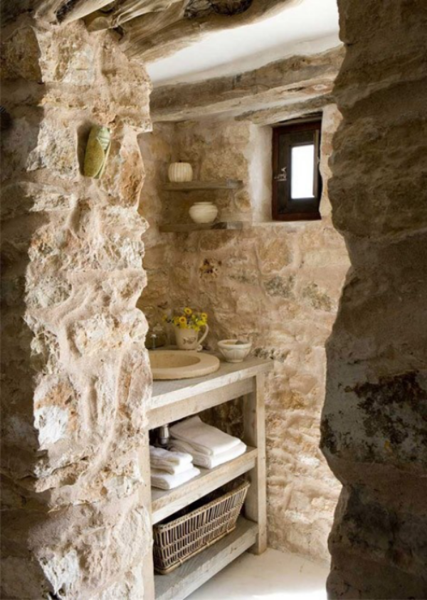 Stein im Bad Natürlichkeit pur keine glatten Oberflächen urig und auffallend Korb Tücher Regal Waschtisch