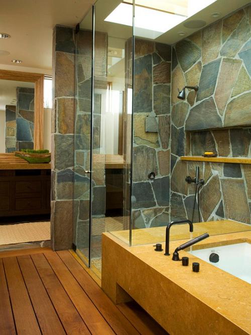 Stein im Bad Steinplatten an den Wänden Holzboden Duschecke aus Glas modernes Baddesign