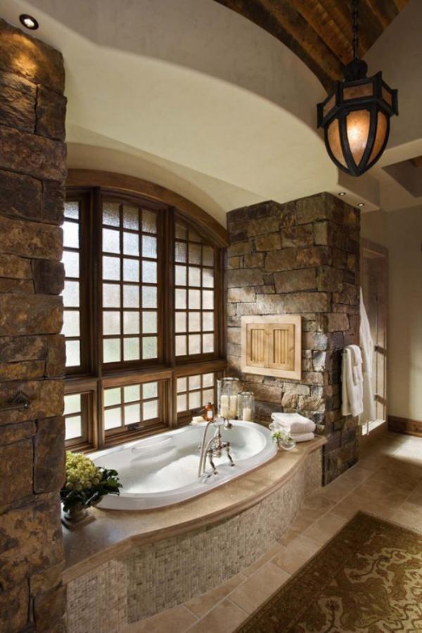 Stein im Bad Steinwand beiderseits des Fensters moderne Badewanne klassisches Baddesign richtige Beleuchtung