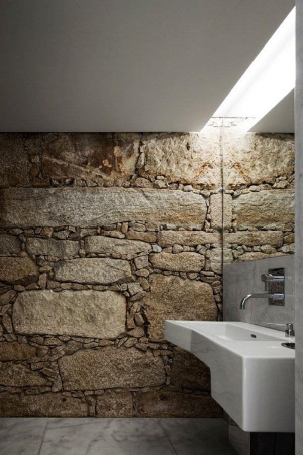 Stein im Bad Steinwand modernes Bad Unvollkommenheit des Steines kommt in Vordergrund