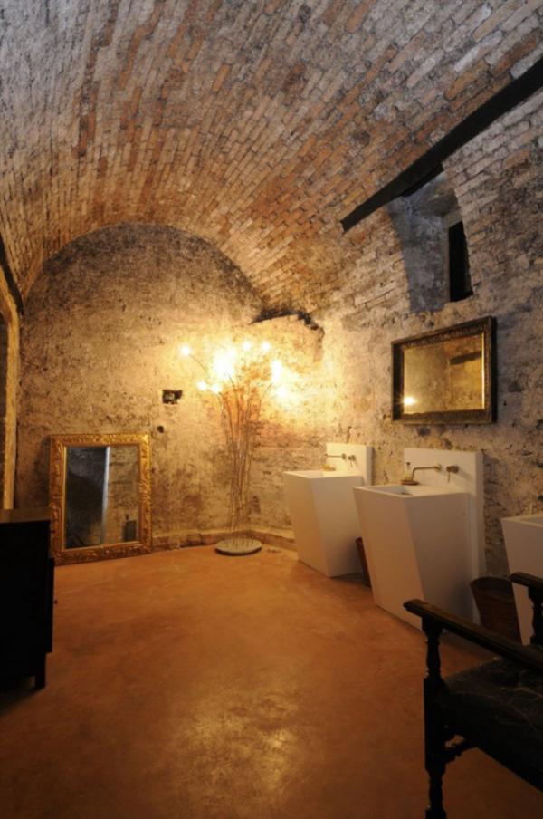 Stein im Bad alle Wände aus Stein gute Beleuchtung Gefühl wie in einer Höhle mit luxuriösen Touches