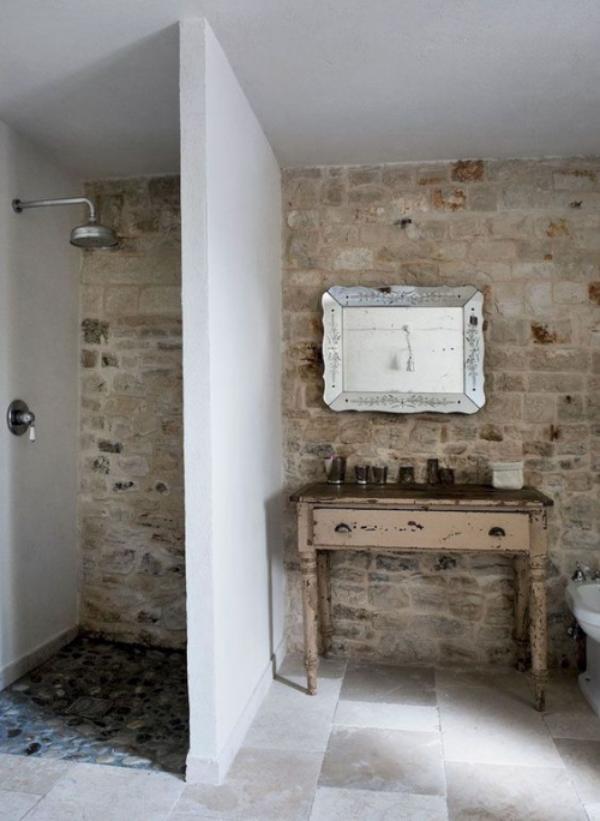 Stein im Bad rustikal urig sehr natürlich