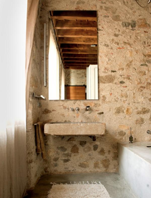Stein im Bad urig natürlich Unvollkommenheit des Steines kommt in Vordergrund