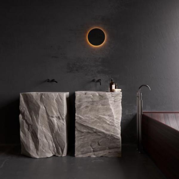 Stein im Bad zwei Waschtische aus Stein Wandleuchte schönes modernes Baddesign