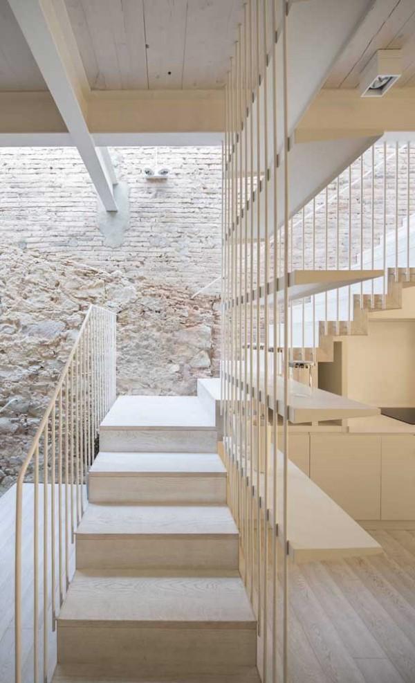 Treppengestaltung in schöner weißer Farbe