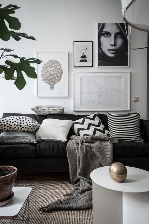 Wohnzimmer in Schwarz-Weiß Graunuancen Kissen Wurfdecke weiche Texturen Wandbilder