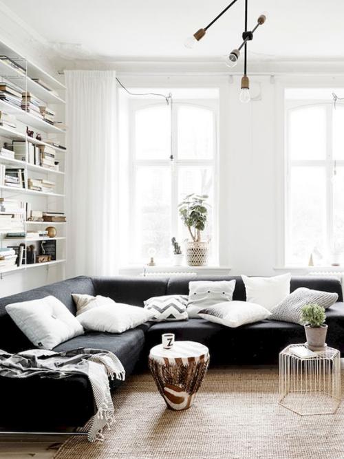 Wohnzimmer in Schwarz-Weiß Hocker in Beige wohnliches Ambiente